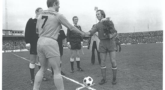 Egil Severeide og Bodø-Glimt-kaptein Harald Dutte Berg hilser på hverandre før avspark i finalen på Ullevål i 1975. (Foto: Kjell Strand, Haugesunds Avis.)