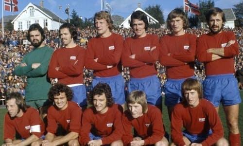Fra seminfinalen mot Rosenborg i 1975, som Vard vant 4-2: Den ene er keeperen, den andre er midstopperen nummer tre fra venstre...